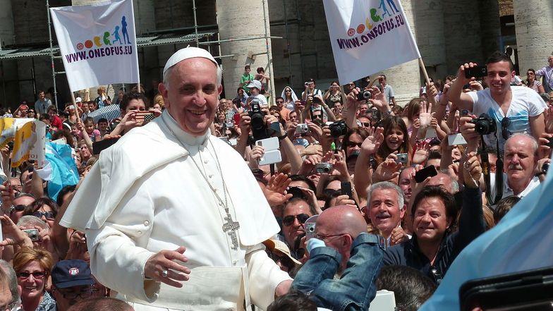 Papst Franziskus, umringt von einer Menschenmenge.
