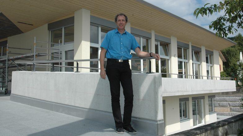 Pfarrer Martin Jud vor dem Generationenhaus.