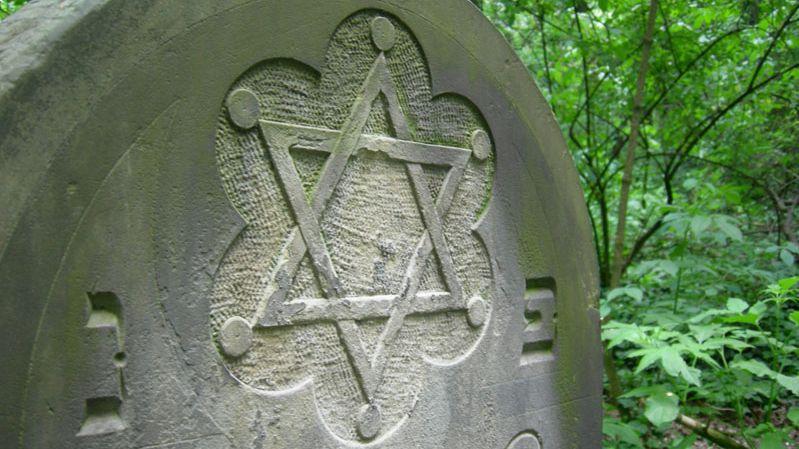 Ein Davidstern auf einem Grabstein in Polen.