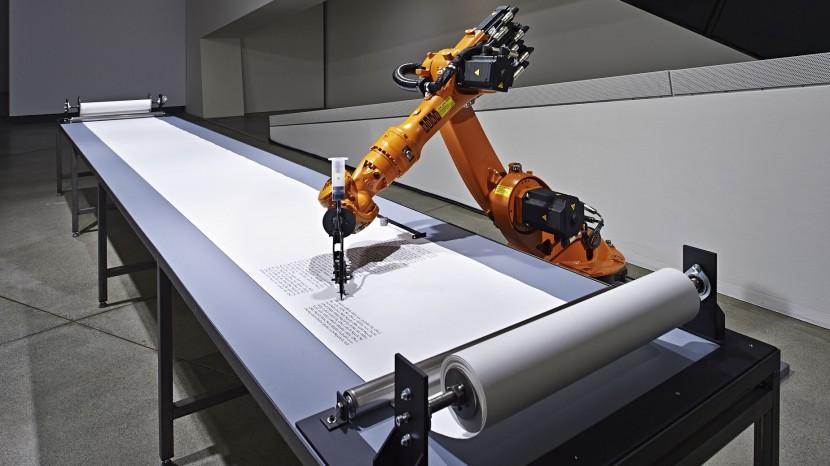 Der Roboter schreibt die Thora ab.