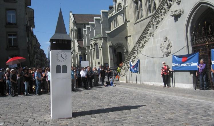 Der Höhepunkt beim Rathaus: Übergabe der Postkarten an Grossrätin Béatrice Struchen und Kirchendirektor Christoph Neuhaus.