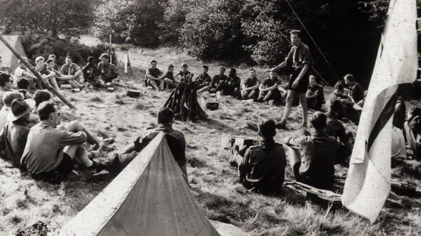 Jugendliche sitzen ums Lagerfeuer