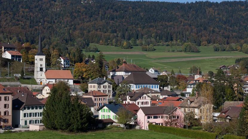 Blick auf Travers: Kirche, Schulhaus, Schloss und Temple