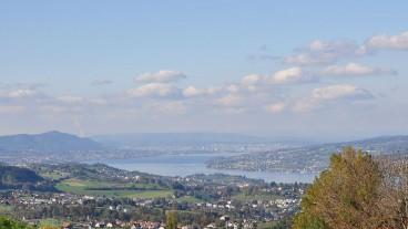 Der Zürichsee: Im Vordergrund die Halbinsel Au, links dahinter Horgen, ganz hinten Zürich.