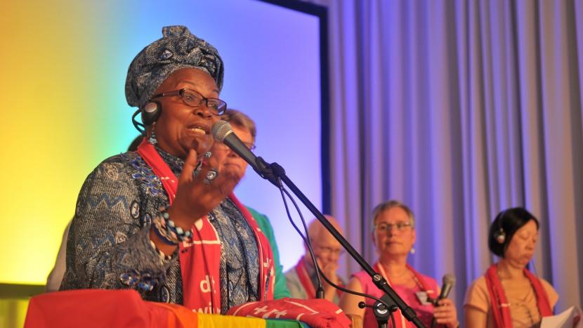 Alice Nkom aus Kamerun prangert die unchristliche Diskriminierung Homosexueller durch die afrikanischen Kirchen an.
