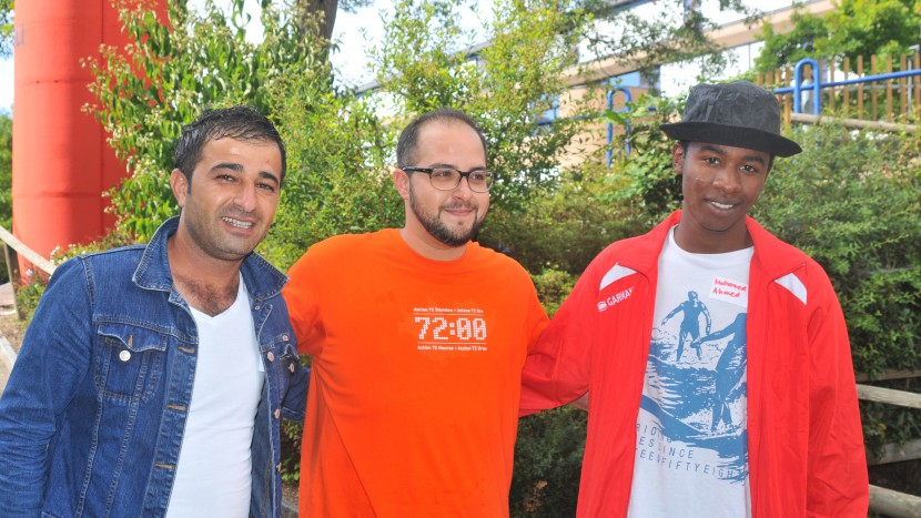 rinnerungsfoto: Zwei Bewohner des Asylzentrum Auch in Zürich mit Helfer, der das typische 72-Stunden-T-Shirt trägt.