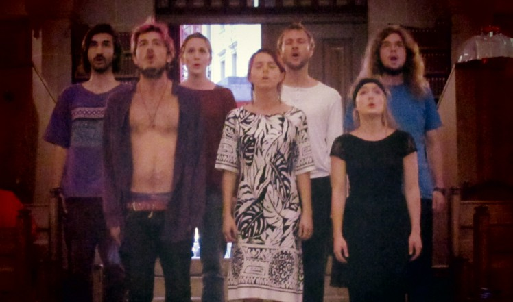 Wortlos singender Chor.