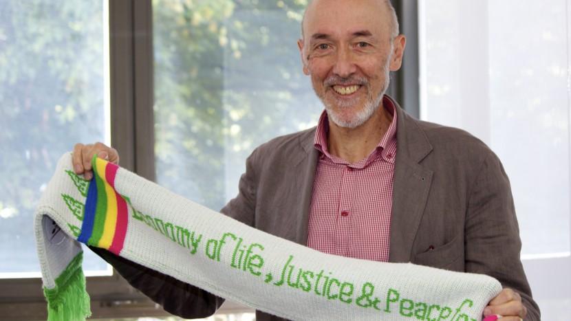 «Eine Wirtschaft, die dem Leben dient, Gerechtigkeit und Friede». Beat Dietschy zeigt stolz einen Schal, der ihm eine Delegation in Südamerika geschenkt hat.