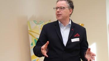 Tillmann Luther führt in Liestal BL an einer Veranstaltung des Pfarramts für weltweite Kirche in die Kunst des Redens ein.