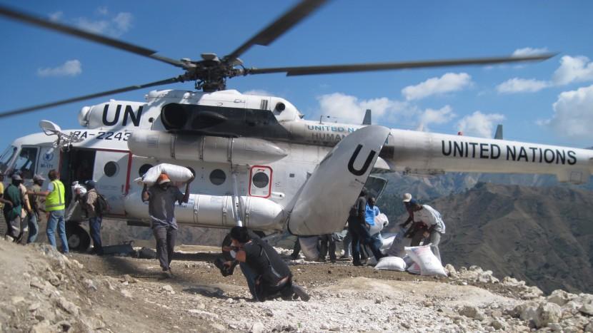 Ein Beispiel für humanitäre Hilfe: Nahrungsmittel werden nach dem Erdbeben in Haiti 2010 verteilt.