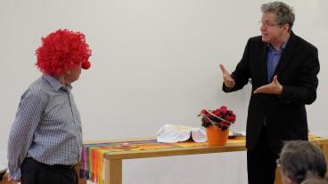 «Es braucht noch viele Clowns auf dieser Welt»: Pfarrer Matthias Müller Kuhn spricht im Fasnachtsgottesdienst für Gehörlose mit einem Clown.