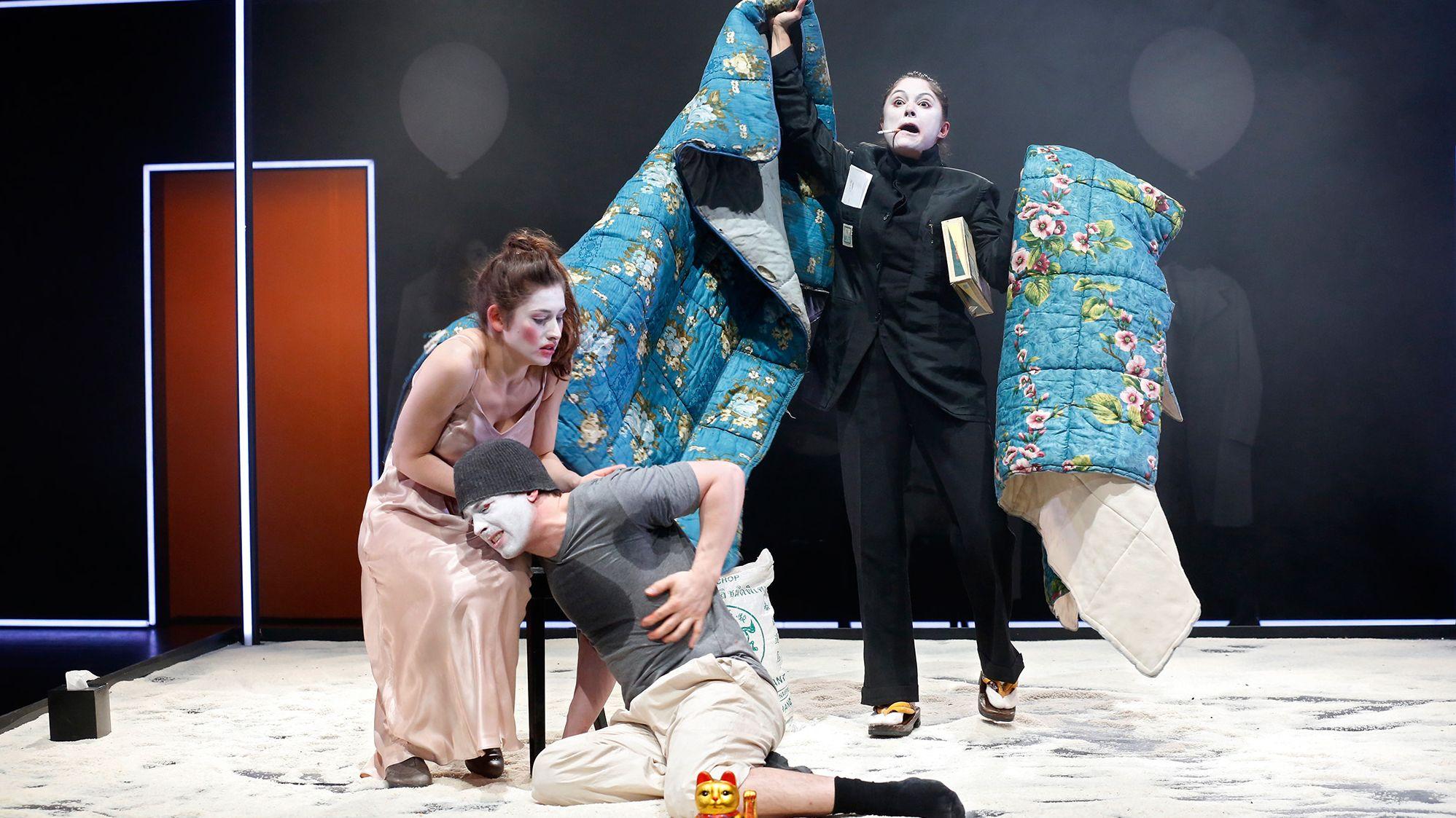 Zu «Der gute Mensch von Sezuan» wurde in Bern auch ein Theatergottesdienst durchgeführt – im Bild Deleila Piasko, Birger Frehse und Mariananda Schempp (von links).