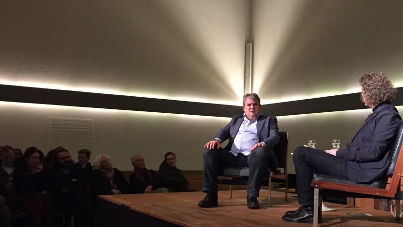 «Kaum tut einer schwierig, statuieren wir ein Exempel»: der umstrahlte Mike Müller, rechts Pfarrer Thomas Schüpbach.