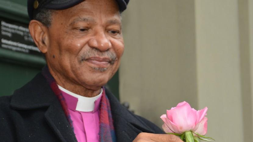 «Eine Rose aus Tanzania zugunsten der Projekte der Ökumenischen Kampagne»: Bischof Joseph Seoka aus Südafrika unterstützt das Verkaufsteam der Rosenaktion 2016 vor der Heiliggeist-Kirche in Bern.