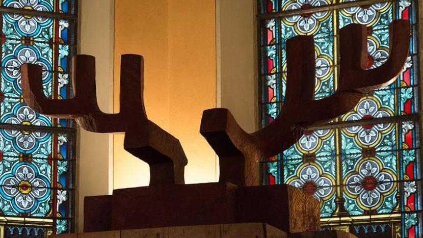 Reibt sich an der Kirche: Das Geweih der Skulptur «Zeitraum Hirsch, Lebensraum» in der Kirche Erlenbach.