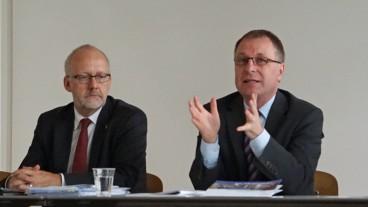 Kirchenrat Daniel Reuter (l.) und Kirchenratspräsident Michel Müller skizzierten vor den Medien ihre Pläne für die Zukunft der Zürcher Kirche.