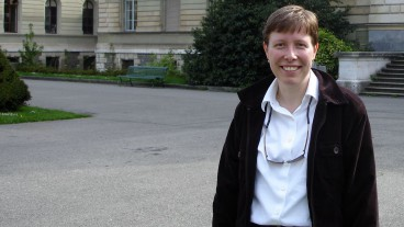 Pfarrerin Simona Rauch vor der Universität in Genf. In der Stadt Calvins studierte sie Theologie.
