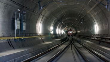 Der 57 Kilometer lange Gotthard-Basistunnel wird am 1. Juni 2016 feierlich eröffnet. Bei seinem Bau kamen 9 Menschen ums Leben.