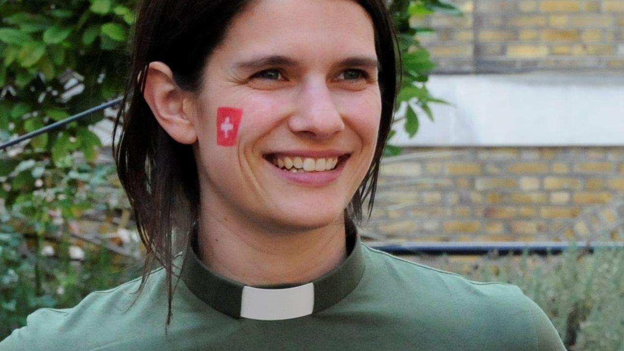 Carla Maurer, Pfarrerin der Swiss Church in London, trägt Collar an einer 1. August-Feier: «Es stammt von einer schwedischen Designerin.»