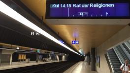 Jetzt kommt er: Warten auf den Zug der Religionen in Zürich.