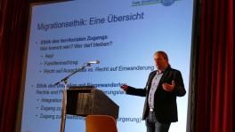 Akademischer Einstieg: Migrationsethiker Andreas Cassee bei seinem Referat.