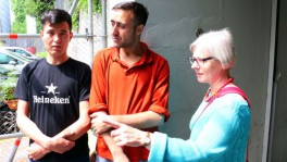 Pfarrerin Verena Sollberber und zwei Asylbewerber vor der Unterkunft Eichhof in Luzern.