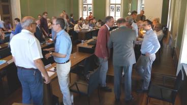 Pausengespräche am Grossen Kirchgemeinderat in Zug.