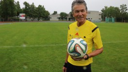 Herr des Balles: Schiedsrichter-Pfarrer Markus Naegeli.