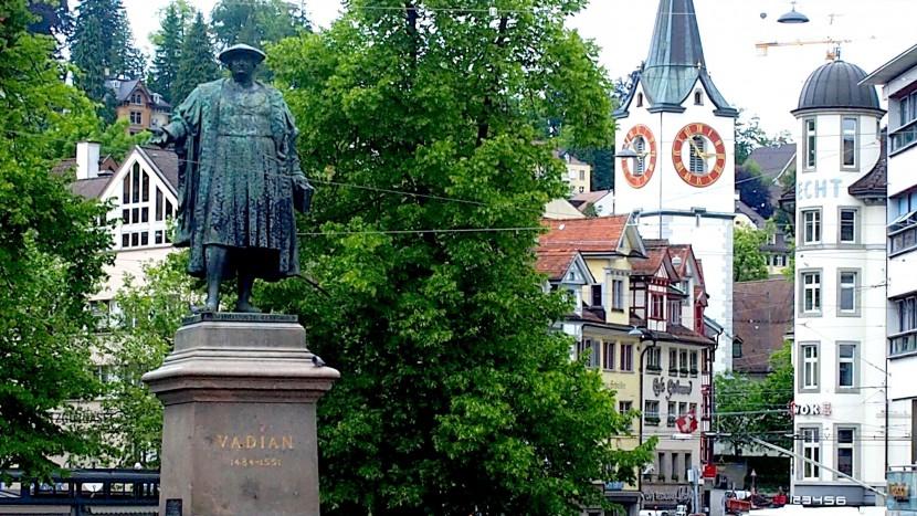 Das Vadian-Denkmal und die Kirche St. Mangen: Beide sind Stationen des Reformationsweges, der am 6. Juni eröffnet worden ist.