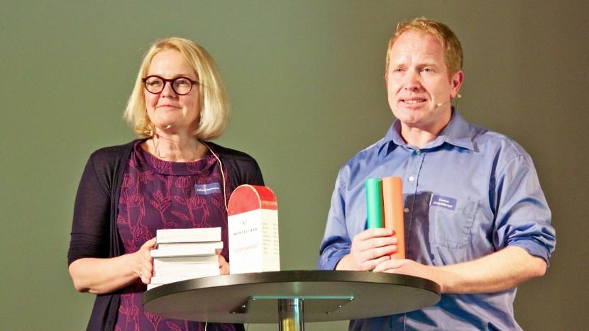 Juliane Hartmann und Thomas Schaufelberger präsentieren an der Vernissage das neue Ausbildungskonzept für Pfarrerinnen und Pfarrer «Perspektiven für das Pfarramt».