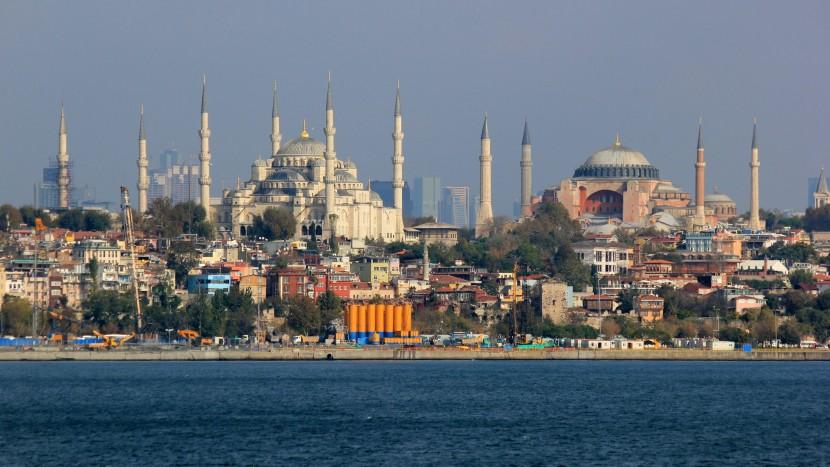 Der Islam spielt in der Türkei unter Präsident Erdogan eine zunehmend wichtigere Rolle. Blick auf die Sultan-Ahmed-Moschee und die Hagia Sophia in Istanbul.
