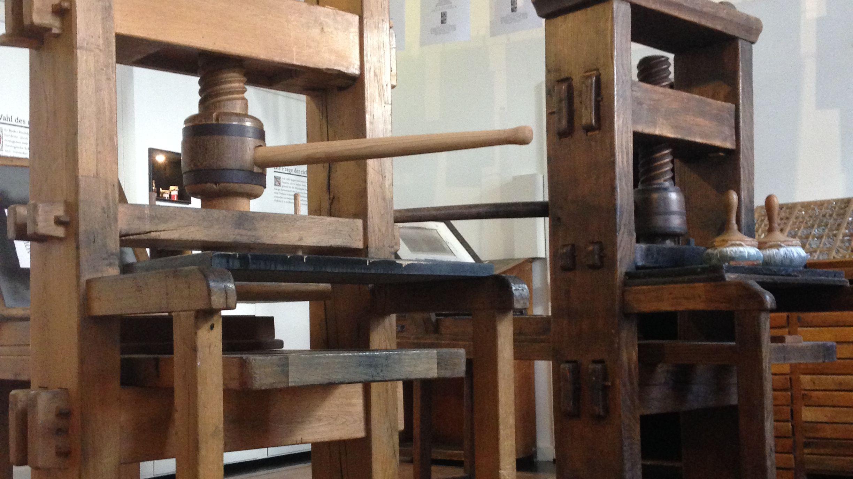 m Pharmazie-historischen Museum Basel stehen zwei alte Druckpressen in Betrieb, die von den Besuchern bedient werden können.