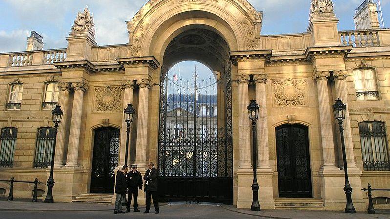 Der Haupteingang des Elysée-Palastes in Paris.