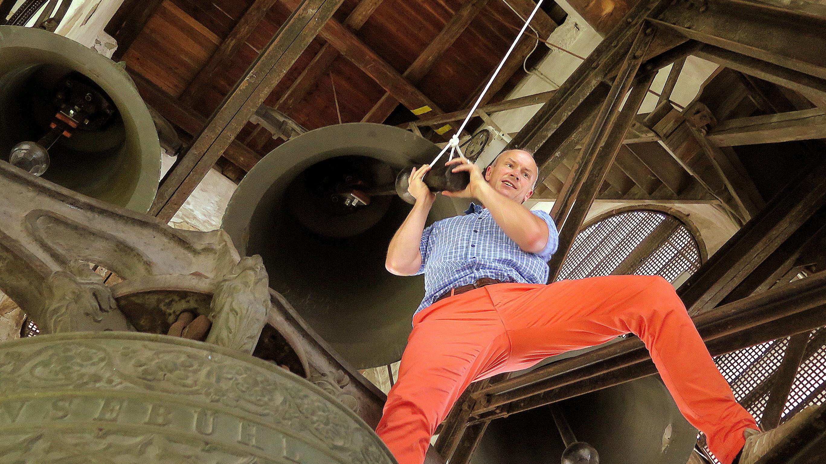 Punktgenau parat: Felix Esche demonstriert vorab seinen Part unter den 50 Freiwilligen beim einzigartigen Glockenkonzert von St. Gallen.