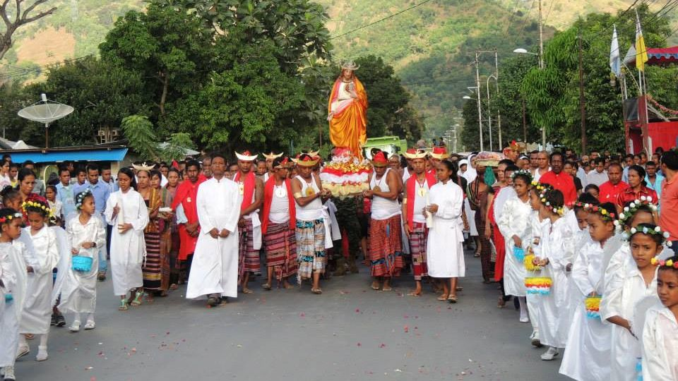 Das Zürcher Institut für interreligiösen Dialog zeigt den kulturellen Hintergrund und die spirituellen Erfahrungen der christlichen Migranten auf. Im Bild: Christliche Prozession in Osttimor.