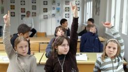 Blick in ein St. Galler Klassenzimmer während dem Religionsunterricht. Besuchen ihn auch Konfessionslose, geraten Kirchgemeinden in eine Zwickmühle.