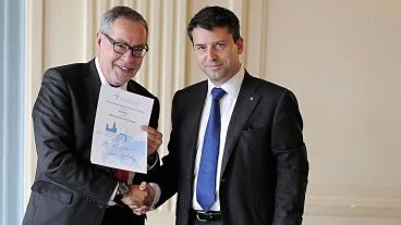 Alexander Tschäppät (links) erhält die Urkunde von Gottfried Locher