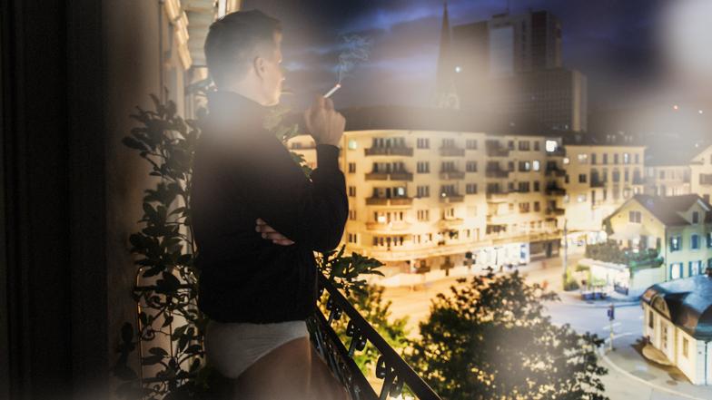 raum der stille nr 14 rauchen auf dem balkon. Black Bedroom Furniture Sets. Home Design Ideas