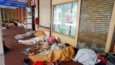 Flüchtlinge übernachten am Bahnof in Como.