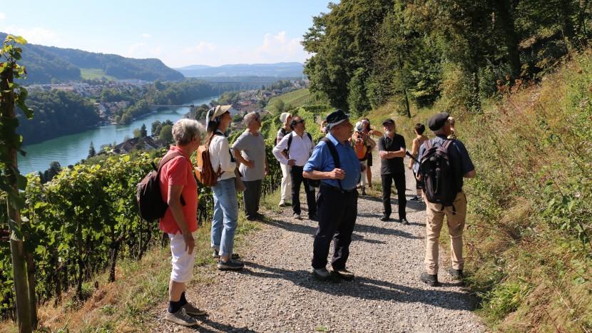 Die Teilnehmer wanderten hoch über den Rhein auf den Spuren der Flüchtlinge.