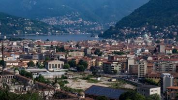 Sicht auf Como aus dem Zug, der bald die Schweizer Grenze erreichen wird.