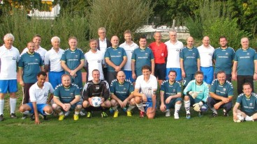 Die Spieler des FC reformierte Landeskirche und der albanisch-muslimischen Gemeinschaft Mittelland. Links der Mitte stehend Kirchenratspräsident Christoph Weber-Berg.