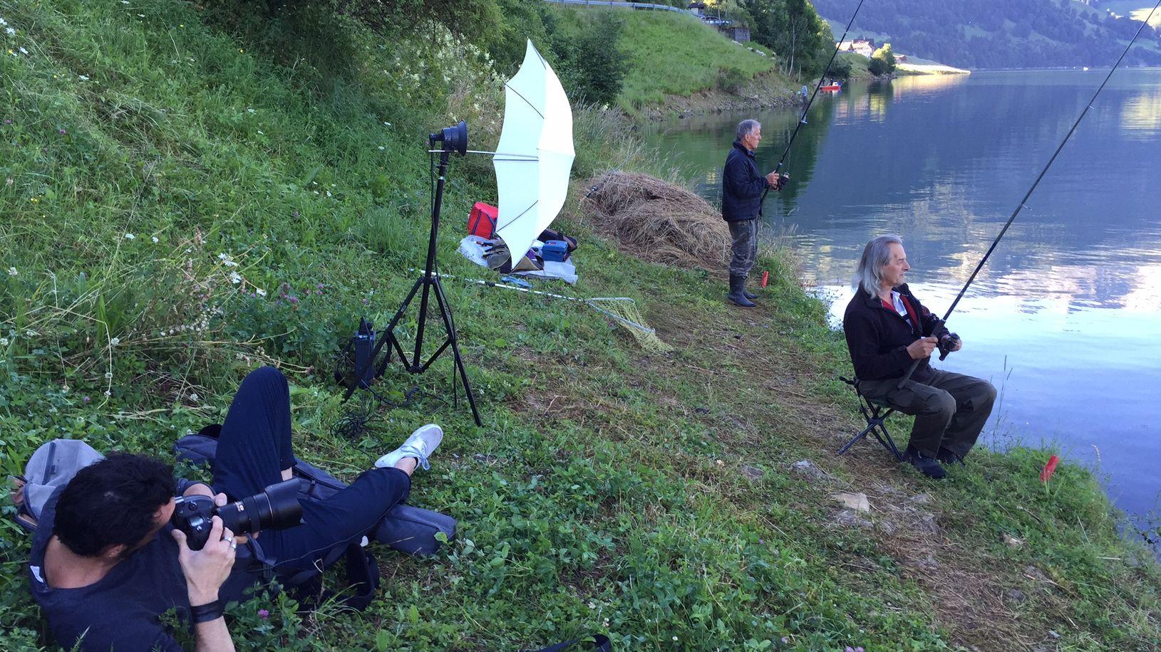 Ein Making-of-Bild der neuen Serie: Michel Gilgen fotografiert Fischer am Wägitalersee.