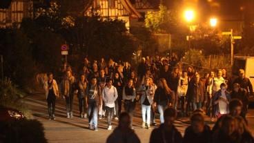 Wach durch die Nacht: Die Konfirmanden auf dem Weg von Rüti nach Greifensee.