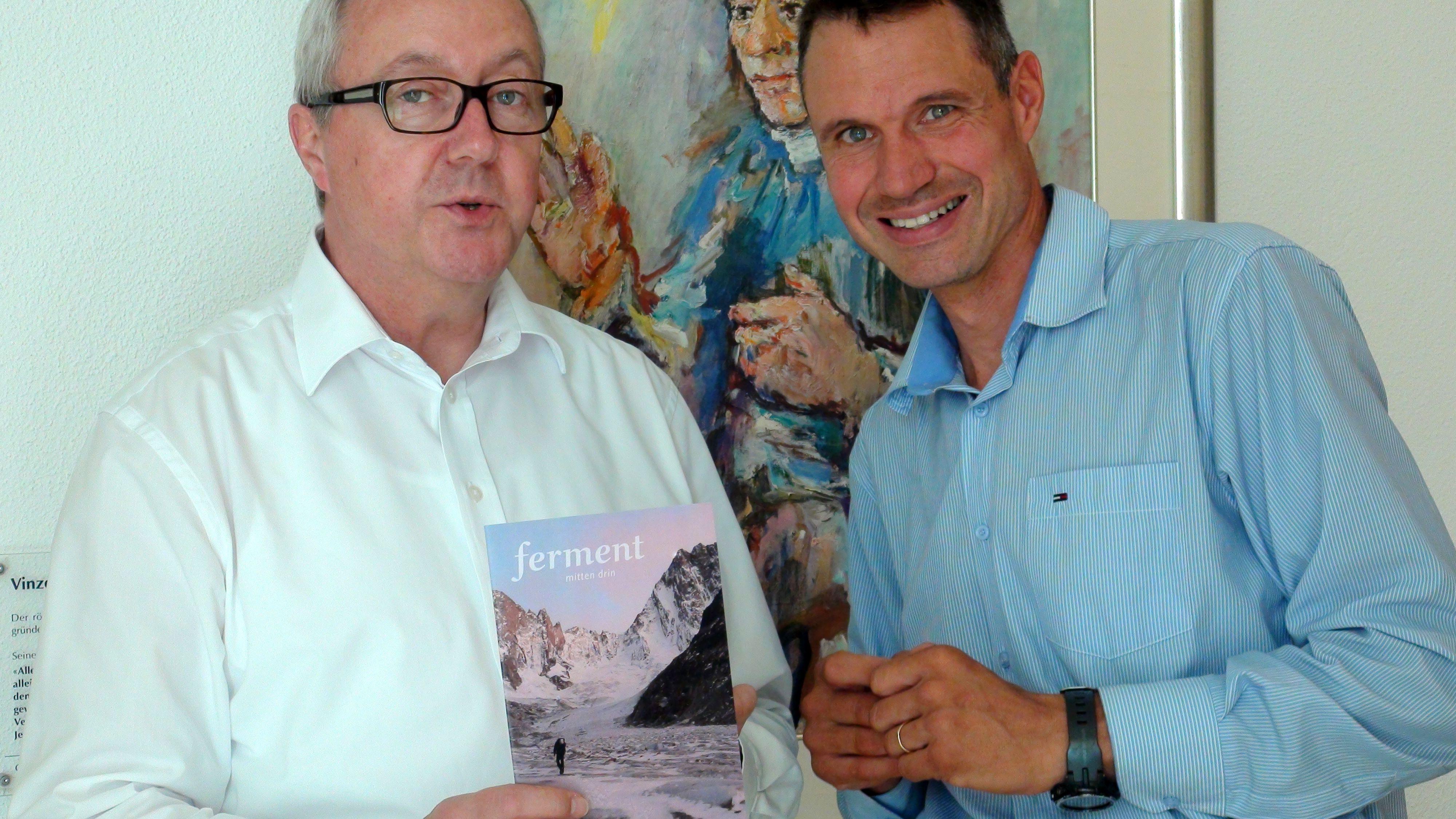 Die Redaktion präsentiert das neue, im Frühling 2017 erscheinende «ferment mitten drin»: Pater Adrian Willi, Leiter der katholischen Priester- und Brüdergemeinschaft Pallottiner (l.) und der neue ferment-Redaktor Christoph Klein.