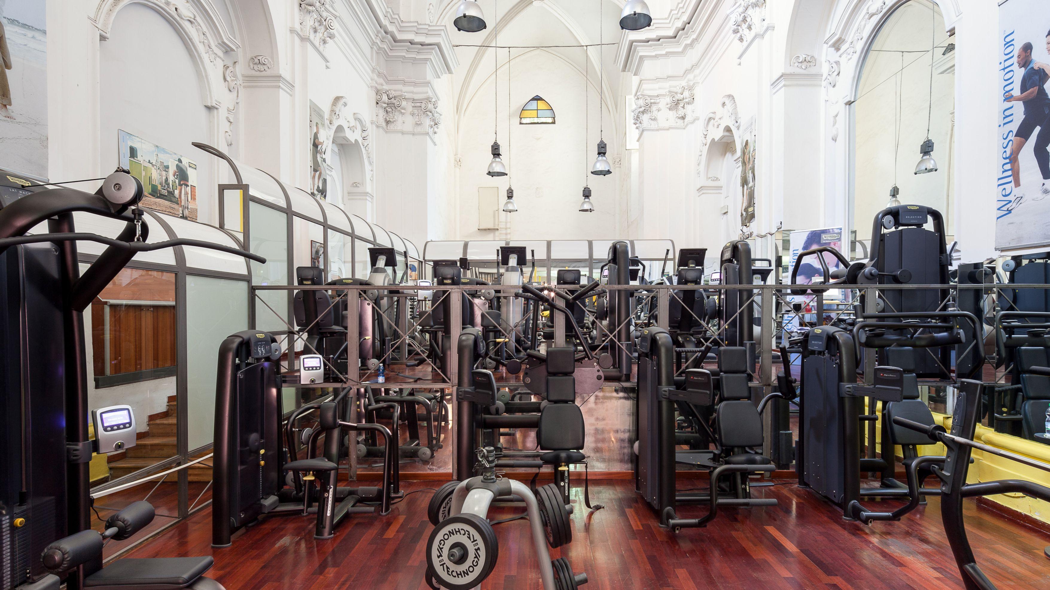 In einer ehemaligen Kirche in Napoli stehen heute statt Kirchenbänke Fitnessgeräte.