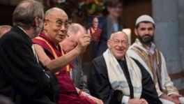 Der Dalai Lama, zusammen mit andern Religionsvertretern, bei seinem Auftritt im Grossmünster.