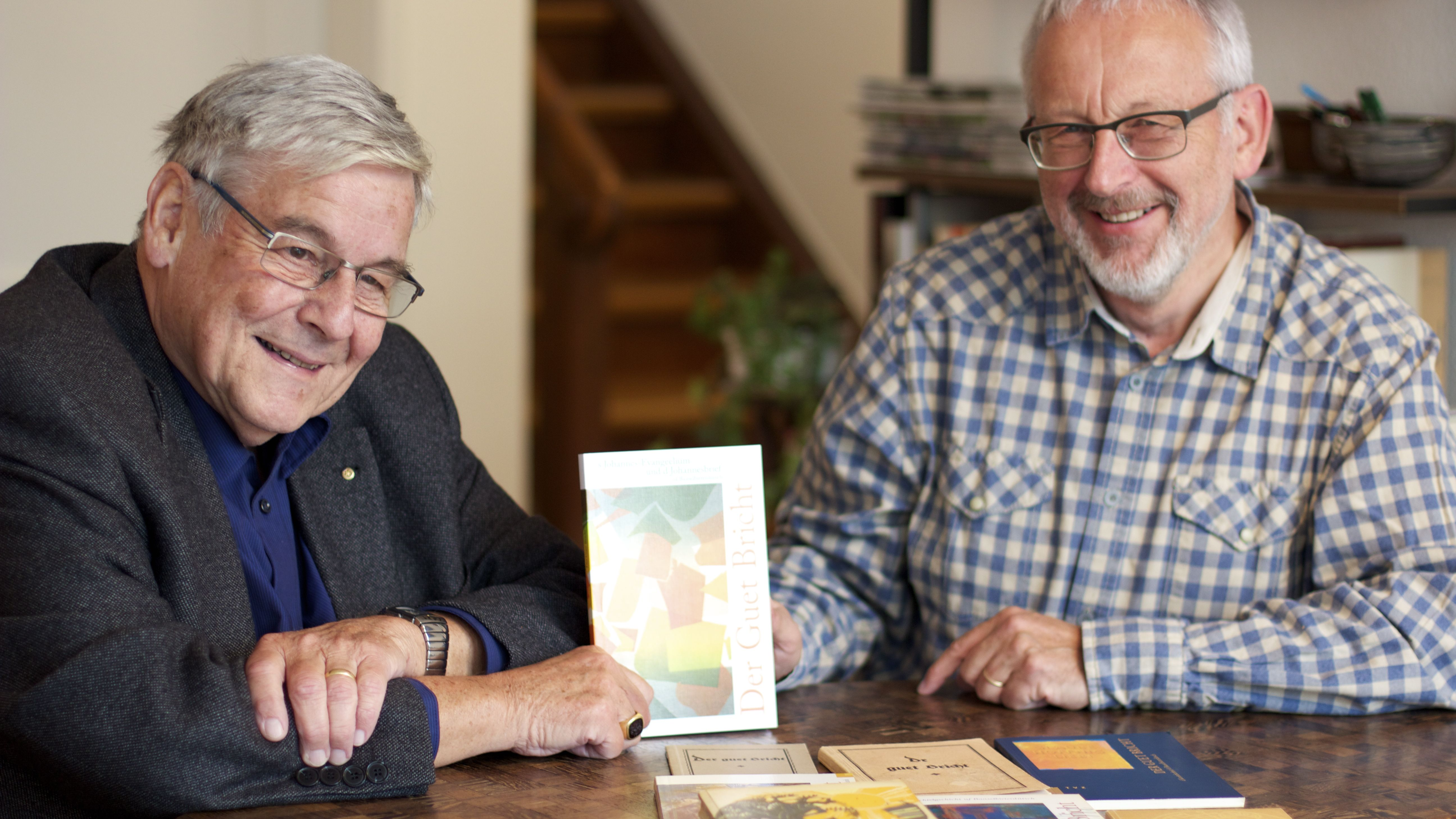 Markus B. Christ (links), Präsident der Bibelgesellschaft Baselland, und Hansueli Müller, Leiter des Übersetzungsteams, mit der druckfrischen Ausgabe des Johannesevangeliums auf Baselbieterdeutsch.