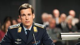 Er schoss ein Passagierflugzeug mit 164 Menschen an Bord ab, um 70'000 in einem Fussballstudium zu retten. Ist der Kampfpilot Lars Koch (Florian David Fitz) schuldig oder nicht schuldig?