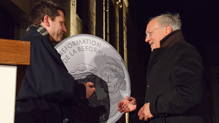 Kirchenratspräsident Gottfried Locher und Bundesrat Johann Schneider-Ammann bei der Enthüllung der Reformationsmünze Anfang Januar in Zürich.